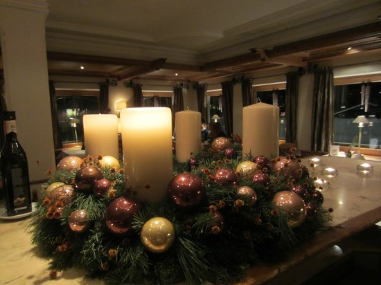 Der Berghof: Advent wreath in diningroom