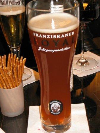 อาร์โคเทลจอห์นเอฟ: Franziskaner Royal beer in the bar area