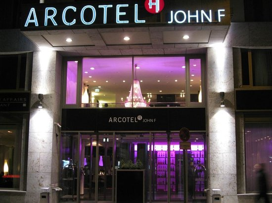 Arcotel John F: Entrance to the hotel