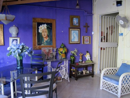 El Jardin Bed and Breakfast: Breakfast area and kitchen
