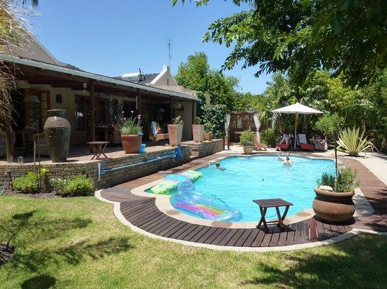KhashaMongo Guesthouse: Pool und Garten