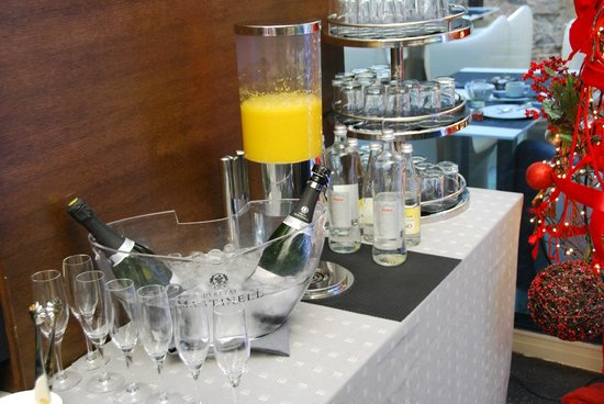 Olivia Plaza Hotel: Champagne for the breakfast and fresh juice