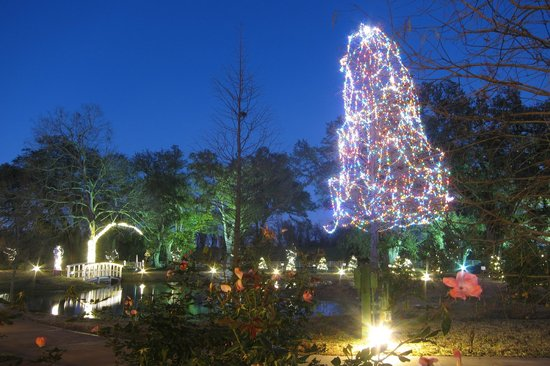Nottoway Plantation Resort: Beautiful night view from pond cottages in December.