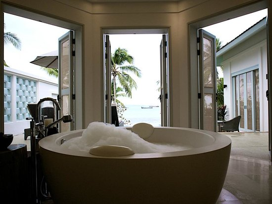 Amatara Wellness Resort: Pool and cape facing bathroom