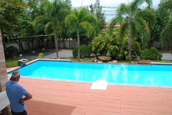 Samui Manor House Apartments: Pool area - no staking claims here!