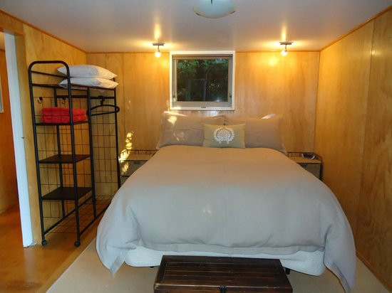 Te Pohutukawa Waterside Boutique Accommodation : The Loveshack bedroom
