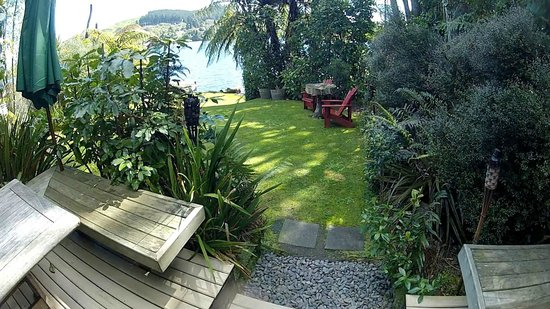 Te Pohutukawa Waterside Boutique Accommodation : Lake from The Loveshack