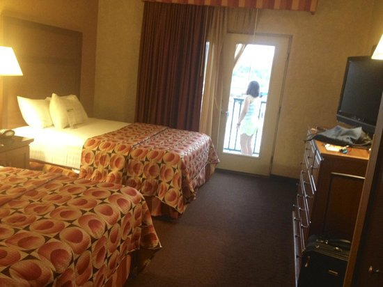 Drury Inn & Suites Flagstaff : Beds with private balcony