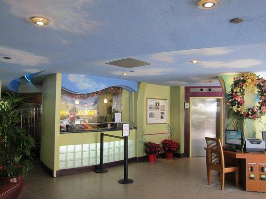 Aston Waikiki Circle Hotel: フロント