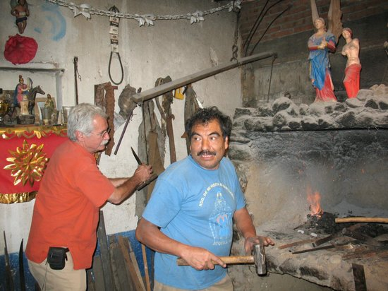 Casa Machaya Oaxaca Bed & Breakfast: Alvin (left) works the bellows to fire up the knife maker's oven