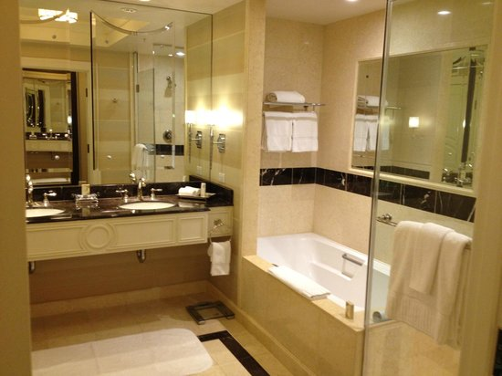 Best hotel bathroom ever picture of the palazzo resort for Best bathrooms reviews