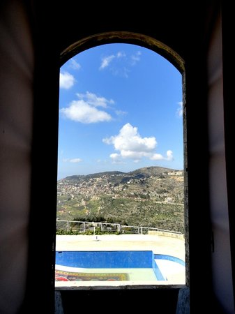 Mir Amin Palace Hotel: view from bedroom to the pool and surrounding mountain side