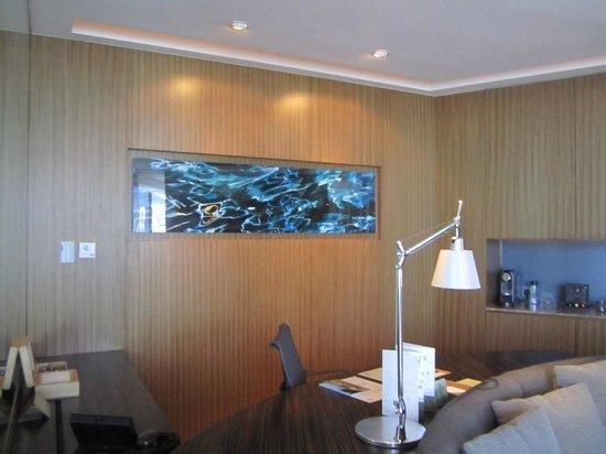 Hotel ICON: Club Suite 80 living room desk area