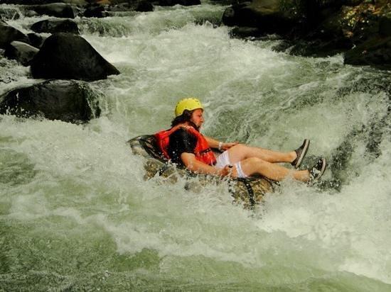 Adventure Tours Hacienda Guachipelin: tubing no Rio Negro