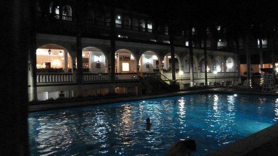 El Prado Hotel : Blick über den Pool auf das Restaurant