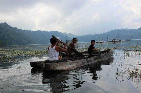 Bali 4wd Tour: kanoeing at Tamblingan lake