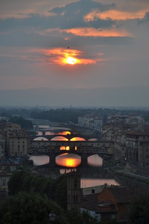 Walks Inside Florence : how many suns over there ?