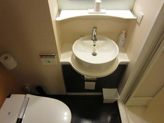 Ours Inn Hankyu: トイレ 洗面台