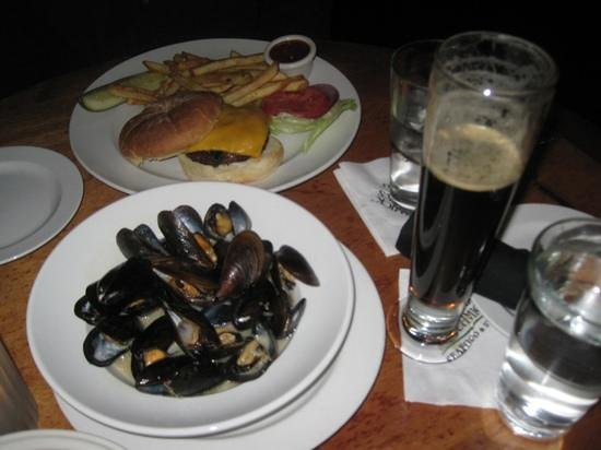 McCormick & Schmick's Seafood Restaurant: mussles, beer and cheeseburger and fries