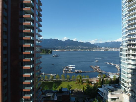 Pinnacle Hotel Vancouver Harbourfront: Looking East