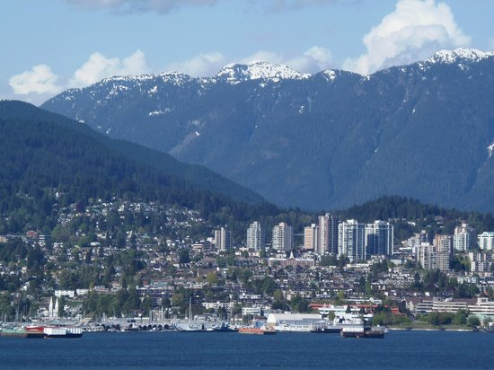 Pinnacle Hotel Vancouver Harbourfront: Looking at Mount Frome