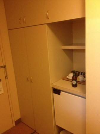 Quality Hotel Ambassador Perth: Wardrobe & Fridge