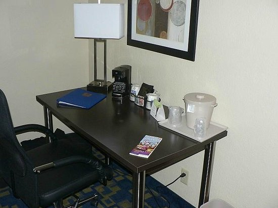 Comfort Suites Downtown: Work desk