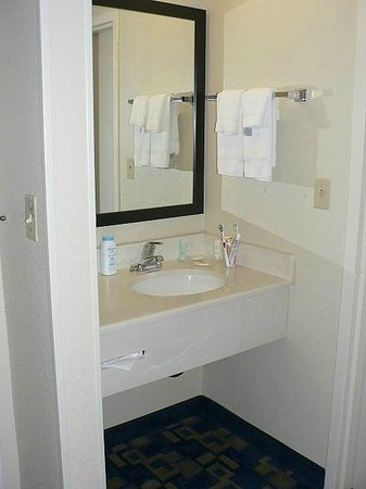 Comfort Suites Downtown: Bathroom