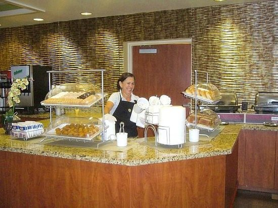 Comfort Suites Downtown: Friendly breakfast server