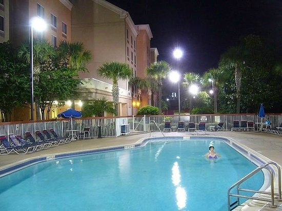 Comfort Suites Downtown: Swimming pool at night