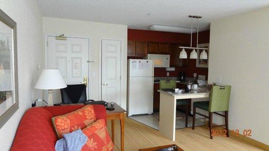 Residence Inn Hartford Avon: Room and kitchen