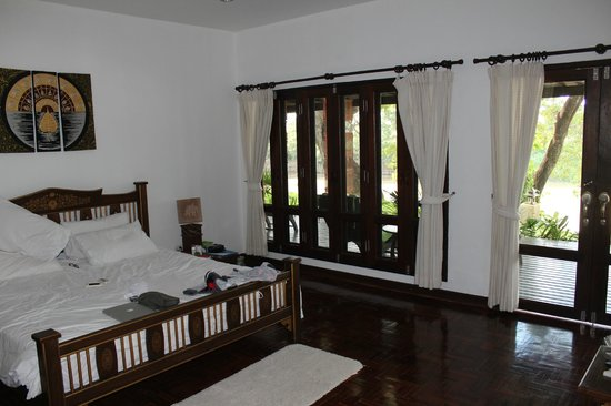 Baan Nam Ping Riverside Village : Our room with screened windows (wide open space)