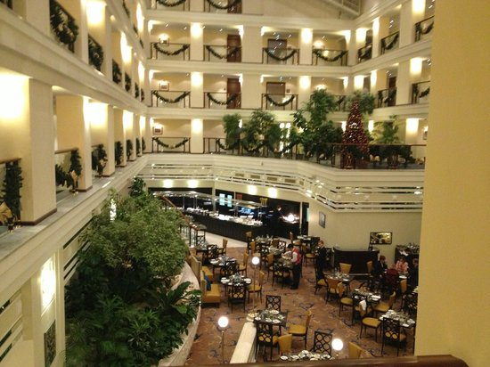 Moscow Marriott Royal Aurora Hotel: atrium