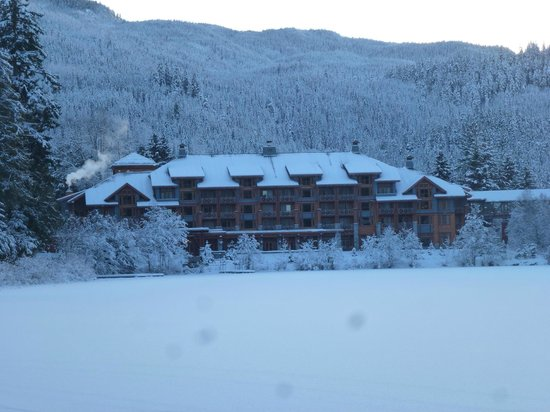 Nita Lake Lodge: view of the lodge from across the lake