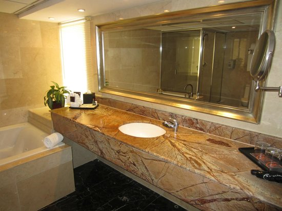 Sheraton Grand Panama: suite bathroom