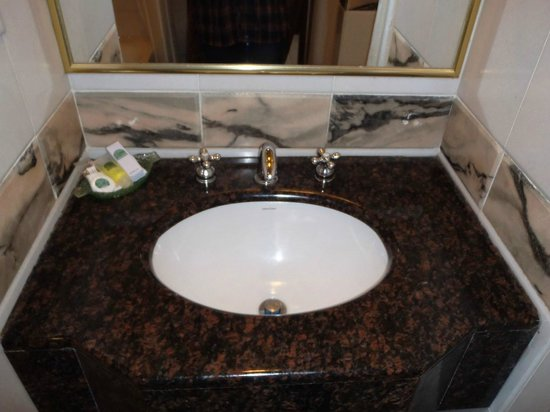 Century Pines Resort: Bathroom Sink