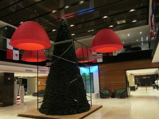 Sheraton Panama City: lobby Christmas decorations going up