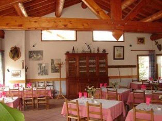 Chalet Les Glaciers : grande salle de restaurant