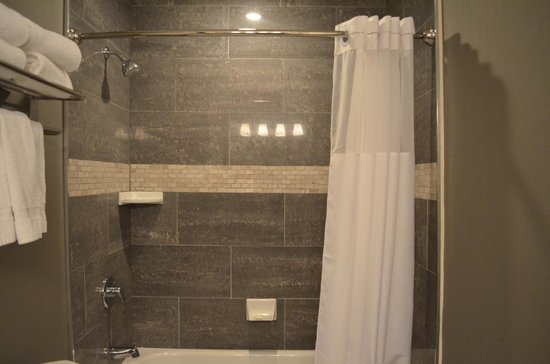 City Centre Hotel: Nice Shower Area