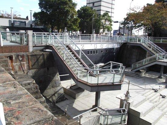 Dockyard Garden: 底に下りる階段 (左手中程に銘板があります)