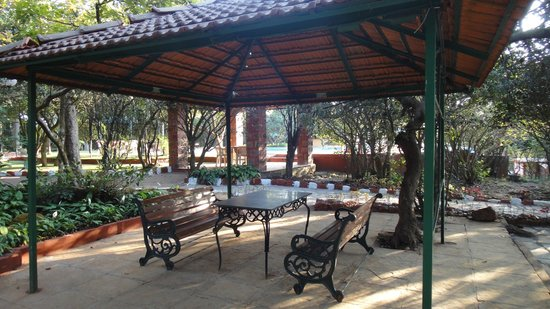 Club Mahindra Mahabaleshwar Sherwood: Sitting area by the pool side