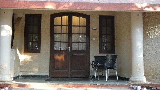 كلوب ماهيندرا ماهاباليشوار شيروود: Room entrance