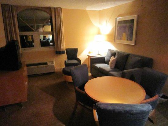 La Quinta Inn & Suites Miami Lakes: Zimmer Wohnbereich