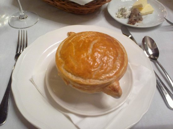 Slodki Wentzl: Thin mushroom soup with pastry top