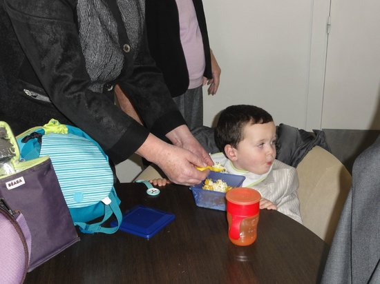 """Carry-le-Rouet, Francia: 1 bébé sans siège comme demandé pour manger lamentable de la part d'un soit disant pro """""""