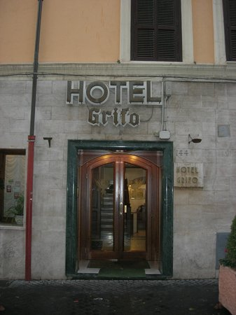 Hotel Grifo: Entrance to the hotel