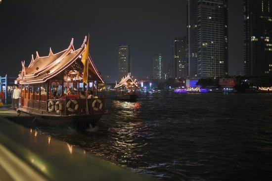 Shangri-La Hotel,Bangkok: Ausblick bei Nacht