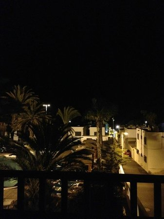 Arena Dorada Apartments: Nighttime on Balcony. Close to the strip but quiet & peaceful!