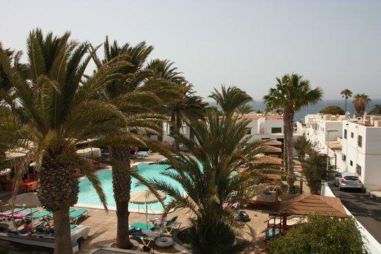 أرينا دورادا - أبارتمينتس: Daytime balcony view over pool and out to sea 