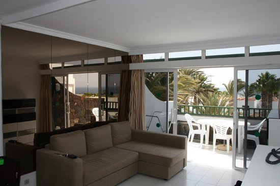 Arena Dorada Apartments: Lush comfy living room and views over pool and out to sea